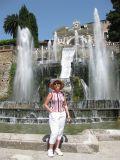 Эти фонтаны построены впервые в Европе в 16 веке, задолго до версальских фонтанов французских королей